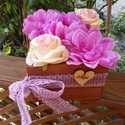 Anyáknapi virágdoboz, Dekoráció, Otthon, lakberendezés, Asztaldísz, Kaspó, virágtartó, váza, korsó, cserép, Festett tárgyak, 16*16 cm-es fa ládika, benne selyemvirágok szárazoázisban.  Egyedi, saját készítésű, a képen láthat..., Meska