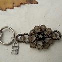 Füst-fekete fűzött gyöngy kulcstartó és táskadísz, Mindenmás, Kulcstartó, A kulcstartót 6 mm-es füst és 4 mm-es fekete színű kúp alakú csiszolt üveggyöngyökből és..., Meska