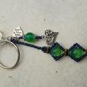 Kék páva fűzött roppantott gyöngy kulcstartó és táskadísz, Ékszer, Mindenmás, Kulcstartó, A kulcstartót különleges pávatoll színű roppantott üveggyöngyökből, fémes csillogású kék kásagyöngyb..., Meska