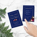 Elegáns kék esküvői meghívó, bordó akvarell virágokkal