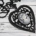 Rózsás nő vintage nyaklánc, Ékszer, Nyaklánc, Vékony fekete lemezből metszett szív alakú medál, melynek közepén egy kecses női alak és egy rózsa t..., Meska