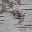 Szabadság szárnyán - galamb madaras rózsás nyaklánc, Ékszer, óra, Nyaklánc, Ezüst színű galambos nyaklánc, mely rózsával, üveggyöngyökkel, szívecskével és fehér tollal van dísz..., Meska