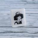 Kalapos Audrey Hepburn gyűrű, Ékszer, óra, Gyűrű, Karkötő, Hőre keményedő gyurmából készült állítható méretű  Audrey Hepburn gyűrű. Mérete 2,5x2 cm.   Boltomba..., Meska