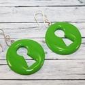 Zöld kulcslyuk fülbevaló, Ékszer, Fülbevaló, Hőre keményedő gyurmából készült zöld színű kulcslyuk fülbevaló.  Saját készítésű ezüstözött akasztó..., Meska