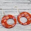 Piros narancs kerek lyukas fülbevaló, Ékszer, óra, Fülbevaló, Hőre keményedő gyurmából készült rombusz fülbevaló. Átmérője 3 cm, a belő kis kör átmérője 1,5 cm.  ..., Meska