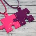 Pink és lila barátság puzzle medálok , Ékszer, óra, Medál, Nyaklánc, Hőre keményedő gyurmából készült összeilleszthető pink és lila barátság medálok. Mérete 2,5x2,5 cm. ..., Meska
