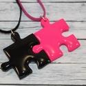 Pink és fekete barátság puzzle medálok , Ékszer, óra, Medál, Nyaklánc, Hőre keményedő gyurmából készült összeilleszthető pink és fekete barátság medálok. Mérete 2,5x2,5 cm..., Meska