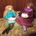 Teázó barátnők, Dekoráció, Képzőművészet, Otthon, lakberendezés, Baba-és bábkészítés, Nemezelés, Waldorf jellegű, tűnemezelt technikával készült figurák. Két nő teáscsészével a kezében ül egy kana..., Meska