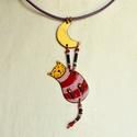 Lilla macskás nyaklánc, Tűzzománc nyakánc, Cica nyaklánc, Tűzzománc ékszer,  Macskás ékszer, Lila, Bordó, Csíkos,, Ékszer, óra, Nyaklánc, Lilla egy akrobata macska. Az est fénypontja, mindig akkor lép fel lélegzetelállító számával, amikor..., Meska
