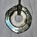 Holdfény CD-ből készült medál nyaklánc színesen csillogó fényes ragyogó könnyű medál viaszolt szálon, Ékszer, Mindenmás, Nyaklánc, Furcsaságok, CD lemezből készítettem ezt a könnyű, színesen csillogó nyakláncot. Átmérője 5,5 cm, áll..., Meska