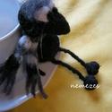 Kávézó cimbora nemez madár, Mindenmás, Dekoráció, Dísz, Furcsaságok, Nemezelés, A jómadarat gyapjúból nemezeltem, úgy 14 cm magas. Csíkos sála levehető. A figura pihe súlyú, könny..., Meska