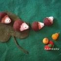 reggeliző sün család, nemezből, Játék, Játékfigura, Nemezelés, A süniket, a körtéket, az epreket gyapjúból nemezeléssel készítettem. Egy erős filcből szabott eper..., Meska
