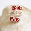 Korall piros ezüstözött réz gyűrű, Ékszer, Gyűrű, Gyönyörű piros korall gyöngyökkel készítettem ezt az ezüstözött, csigavonalas gyűrűt.  Mérete állíth..., Meska
