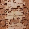 Faégetéssel díszített páros kulcstartó, 4x4 cm-es fa puzzle darabok (kézi) faégetéssel ...