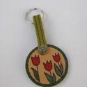 tulipános kulcstartó, Mindenmás, Kulcstartó, Ezt a kulcstartót bőrből készítettem kézi festéssel.  Méretei: magassága: 8,5 cm a kör át..., Meska