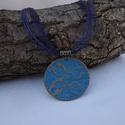 Mandalás medál (kék-bronz), Ékszer, Nyaklánc, A medált marhabőrből készítettem, kézzel mintáztam, festettem. A medál átmérője: 4,5cm A nyaklánc ho..., Meska