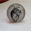 Anatómiai szíves gyűrű, Ezüst színű gyűrűalapon, nagyméretű üvegle...