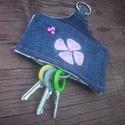 Farmer kulcstartó , Mindenmás, Kulcstartó, Varrás, Hímzés, Farmerból készült, pink kagylóhéj gyönggyel és hímzéssel díszített, virágmintás vászonnal bélelt ku..., Meska