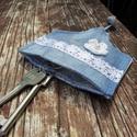 Farmer kulcstartó - horgolt virággal, Mindenmás, Kulcstartó, Farmerból készült, török mintás vászonnal bélelt kulcstartó, csipkeszalaggal és fehér hor..., Meska