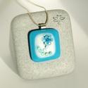 Jégvirág medál, Ékszer, Medál, Téli öltözéked csodás darabja lehet ez a különleges medál. A kék-fehér üveg alapot is mag..., Meska