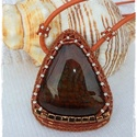Narancs -karamell  gyöngyhímzett medál, Gyönyörű achát háromszög alakú követ fogla...