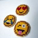 Emoji hűtőmágnes készlet keresztszemes hímzéssel, Konyhafelszerelés, Hűtőmágnes, Hímzés, A készlet 3 darab hűtőmágnest tartalmaz, melyeket keresztszemes hímzéssel, kézzel készítettem. Műan..., Meska