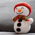 Horgolt Hóember, Dekoráció, Horgolás, Mindig mosolygós, vidám Hóember. A sapkája és a sálja bármilyen színű fonalból kérhető.  Mérete: Kb..., Meska