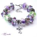 Ibolya - Pandora stílusú karkötő, Ékszer, Karkötő, Lila virágmintás üveggyöngyökből, lila és zöld akrilgyöngyökből, valamint virágos ezüst..., Meska