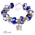 Pille - Pandora stílusú karkötő, Ékszer, Karkötő, Fehér és kék virágos lámpagyöngyökből, kék csiszolt üveggyöngyökből, valamint pillangó..., Meska