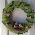 Horgolt kis madaras tavaszváró kopogtató, Otthon, lakberendezés, Ajtódísz, kopogtató, Horgolás, Tavasz váró kopgotató :) Világos zöld alapon zöld körbefuttatott kis rózsaszín virágokkal. közepén ..., Meska
