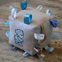 Óriás BABAKOCKA - készségfejlesztő játék kicsiknek, Játék, Baba játék, Készségfejlesztő játék, Varrás, Vidám, színes textilekből, natúr fakarikából, fagolyókból, és címkékből készségfejlesztő játékokat,..., Meska