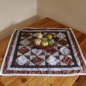 Négyzet alakú dekoratív asztalterítő foltvarrásos technikával, őszi színekben csipkével (66 x 66 cm), Otthon & lakás, Dekoráció, Lakberendezés, Lakástextil, Terítő, Négyzet alakú dekoratív patchwork asztalterítő. Meleg őszi színeinek köszönhetően igazi őszi hangula..., Meska