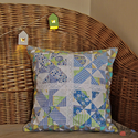 Kék patchwork párnahuzat csipkével, díszpárna (39 x 39 cm), Otthon & lakás, Lakberendezés, Lakástextil, Párna, Dekoráció, Foltvarrásos technikával készült díszpárnahuzat. Üde pasztell színek, mint kék, szürke, zöld kombiná..., Meska