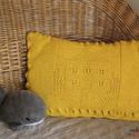 Sárga kötött párnahuzat házikó motívummal (49 x 35 cm), Otthon & lakás, Gyerek & játék, Lakberendezés, Lakástextil, Párna, Kötött díszpárnahuzat. A párna közepén egy házikó és az őt körülvevő kert látható. Meleg, sárga szín..., Meska