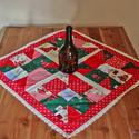 Dekoratív, csipkés karácsonyi, adventi terítő patchwork technikával, Otthon & lakás, Dekoráció, Lakberendezés, Lakástextil, Terítő, Dekoratív karácsonyi terítő foltvarrásos technikával készítve. A színek és minták varázslatos karács..., Meska