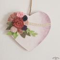 Romantikus rózsaszín, fehér szív filc virágokkal, bézs színű csipkével , Dekoráció, Otthon, lakberendezés, Szerelmeseknek, Ajtódísz, kopogtató, Ez a romantikus szív kitűnő ajándék a társunknak. Fő témája a különböző árnyalatú ró..., Meska