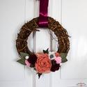Filc rózsás szőlővessző koszorú bordó és rózsaszín virágokkal, dekoráció bordó szalaggal , Otthon & lakás, Dekoráció, Lakberendezés, Ajtódísz, kopogtató, Koszorú,  Barna szőlővessző alapon a bordó és a rózsaszín különböző árnyalataiból készült virágok egy finom c..., Meska