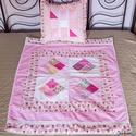 Csipkés rózsaszín patchwork babatakaró, applikált kutya mintával, mackó mintával  (100 x 82 cm), Otthon & lakás, Gyerek & játék, Lakberendezés, Gyerekszoba, Falvédő, takaró, Foltvarrásos technikával készült babatakaró. A rózsaszín különböző árnyalataival készült, a szegélyé..., Meska