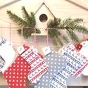 Adventi naptár filc csizmákból, Dekoráció, Ünnepi dekoráció, Karácsonyi, adventi apróságok, Adventi naptár, Varrás, Cuki csizmácskák szürke-piros szarvasos, szürke-piros pöttyös és fehér filcből.Nagyon dekoratív, 24..., Meska