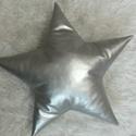 Nagyméretű ezüst műbőr csillagpárna, Dekoráció, Otthon, lakberendezés, Lakástextil, Gyereknap, Gyönyörű, fényes szürke műbőr díszpárna, 43 cm átmérőjű, 13 cm vastag, csillag formájú. Nagyon puha,..., Meska
