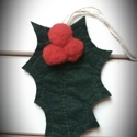 Magyal levél, karácsonyi dísz, Dekoráció, Karácsonyi, adventi apróságok, Ünnepi dekoráció, Karácsonyi dekoráció, Két réteg filcből készítettem ezt a magyal levelet, piros bogyóval. Megkötője segítségével bárhová f..., Meska