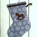 filc csizma, mikulás csizma, ajándék tartó, dekoráció, Kék alapon fehér hópelyhes filc csizma. Hátold...