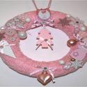 Rózsaszín/fehér/natúr karácsonyi ajtódísz, Dekoráció, Karácsonyi, adventi apróságok, Otthon, lakberendezés, Baba-mama-gyerek, Ünnepi dekoráció, Ajtódísz, kopogtató, Kötés, Kézzel kötött, csavart mintával készült, világoskék alapon rózsaszín, fehér és natúr díszítésű kará..., Meska