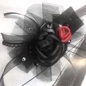 Gót (gothic, goth) stílusú valódi bőr virágos csuklódísz, fekete, ezüstszürke, piros rózsákkal, tüll fátyollal díszítve, Ékszer, Karkötő, Bőrművesség, Ékszerkészítés, Gót (gothic, goth) stílusú valódi bőr virágos csuklódísz, kézzel készült fekete, ezüstszürke és pir..., Meska