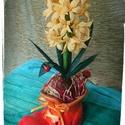 Illatos jácint piros bocskorban, Dekoráció, Dísz, Virágkötés, Papírművészet, Aprólékos kézimunkával sárga krepp-papír jácint piros kerámiabocskorban, melyet kézzel festettem. A..., Meska