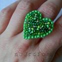 Hjarta - zöld gyűrű, Ékszer, Gyűrű, Gyöngyfűzés, Hímzés, Élénk, gyönyörű vegyes zöldes színű gyöngyökkel hímeztem ki egy szimmetrikus szív alakra szabott fi..., Meska