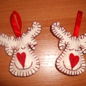Rudolf, a piros orrú rén fehér barátja, Dekoráció, Ünnepi dekoráció, Karácsonyi, adventi apróságok, Karácsonyfadísz, Ajtódísz, kopogtató, Ebben a csomagban 2 db rénszarvas alakú karácsonyfa dísz található, melyek filcből varrással..., Meska