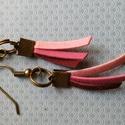 Kicsi indiános fülbevaló, Ékszer, Fülbevaló, AKCIÓ!!!Rózsaszín,bordó lapított műbőr velúrszálból készült antikolt bronz színű szere..., Meska