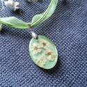 Romantikus zöld nyaklánc, Ékszer, Nyaklánc, Ékszerkészítés, AKCIÓ!!!Borostyán technikát alkalmaztam.Igazi kis virágfejeket műgyantába zártam enyhe csillámmal.Z..., Meska