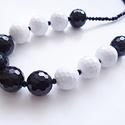 Fekete- fehér nyaklánc, Ékszer, óra, Nyaklánc, 1,5 cm átmérőjű fekete és fehér csiszolt műanyag gyöngyökből készítettem ezt a nyaklánc..., Meska